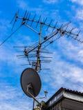 Teknologi för exoticsen för antennen för satellit- TV tillsammans är mycket differe Royaltyfri Foto