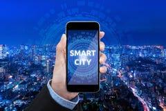 Teknologi för stad för show för affärskvinna smart på mobiltelefonen Arkivbilder