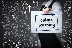 Teknologi, internet, affär och marknadsföring Ung affärswom arkivfoton