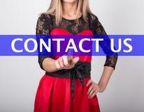 Teknologi-, internet- och nätverkandebegrepp den härliga kvinnan i en röd klänning med snör åt muffar kvinnapressar kontaktar oss Royaltyfria Bilder