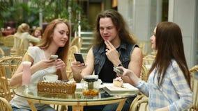 Teknologi, livsstil och folkbegrepp - lyckliga vänner med smartphones som tar bilden av mat på restaurangen arkivfilmer