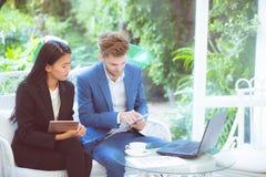 teknologi och kontorsbegrepp - man och kvinna för affär två med labtop Arkivfoto