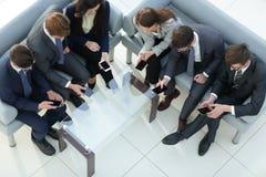 Teknologi och telefonböjelsebegrepp folk för affärsgrupp royaltyfri bild