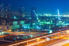 Teknologi parkerar av Dubai internetstad på natten Royaltyfria Bilder