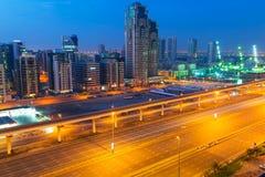 Teknologi parkerar av Dubai internetstad på natten Arkivfoton
