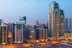 Teknologi parkerar av Dubai internetstad på natten Arkivbilder