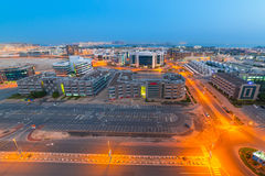 Teknologi parkerar av Dubai internetstad på natten Royaltyfri Foto