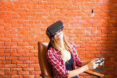 Teknologi-, virtuell verklighet-, underhållning- och folkbegrepp - kvinna med vrhörlurar med mikrofon som spelar leken Arkivbilder