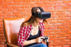 Teknologi-, virtuell verklighet-, underhållning- och folkbegrepp - kvinna med vrhörlurar med mikrofon som spelar leken Royaltyfria Bilder