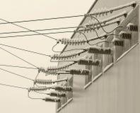 Teknologielektricitet på trådar med isolatorer och elektrisk spänning för hög makt arkivbilder
