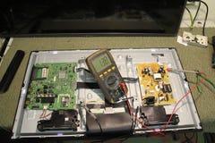 teknologier Diagnostik och reparation av datorbrädet av den elektroniska apparaten av TV:N för vätskekristall arkivbilder