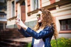 Teknologiinternet och lyckligt folkbegrepp - härlig flicka I Fotografering för Bildbyråer
