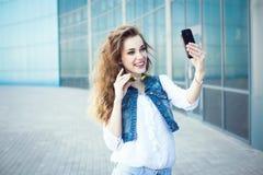 Teknologiinternet och lyckligt folkbegrepp - härlig flicka ta Arkivfoton