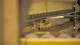 Teknologiskt industriellt metallklipp arkivfilmer