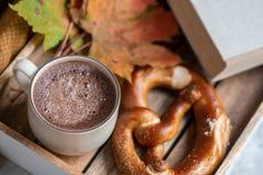 Tekopp med för Autumn Time Bakery Pretzel Toned för varm choklad för kaffe filten för halsduk för handarbete foto arkivfoton