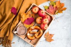 Tekopp med för Autumn Time Bakery Pretzel Toned för varm choklad för kaffe filten för halsduk för handarbete foto arkivfoto