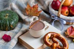 Tekopp med för Autumn Time Bakery Pretzel Toned för varm choklad för kaffe filten för halsduk för handarbete foto royaltyfri foto