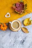 Tekopp med för Autumn Time Bakery Pretzel Toned för varm choklad för kaffe filten för halsduk för handarbete foto arkivbilder