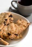Tekopp med kakor på plattan Royaltyfri Bild