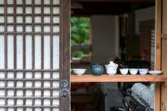 Tekoppar och kokkärl Arkivfoto