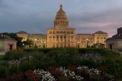 Teksas Capitol budynek z przeważnym chmurnym niebem przy zmierzchem Zdjęcia Stock