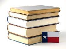 Teksas flaga z stosem książki na białym tle fotografia royalty free
