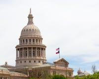 Teksas stanu Capitol i flaga szeroko rozpościerać Zdjęcia Royalty Free