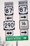 Teksas wzgórza kraju autostrady znaki Kerrville fotografia stock