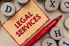 Tekstów szyldowi pokazuje usługi prawne Konceptualna fotografia Providing dostęp sprawiedliwość uczciwego procesu prawa równość fotografia royalty free
