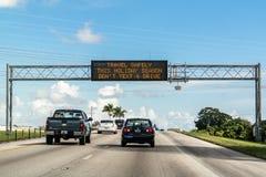 Tekst en aandrijvingswaarschuwing op elektronisch berichtraad in Florida Stock Afbeelding