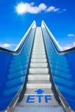 Tekst ETF van de roltrap de blauwe hemel stock foto