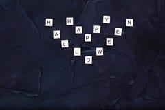 Tekst Gelukkig Halloween op zwarte textuurachtergrond Stock Afbeeldingen