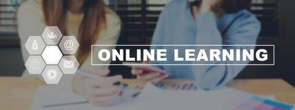 Tekst het online werkt leren op achtergrondvrouwen aan smartphone Stock Fotografie