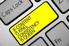 Tekst het teken die als de Inhoud Koning tonen is, Consistentie is Koningin Conceptuele foto Marketing het Toetsenbord gele sleut royalty-vrije stock afbeelding