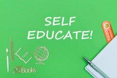 Tekst jaźń kształci, szkolnych dostaw drewniane miniatury, notatnik na zielonym tle fotografia stock