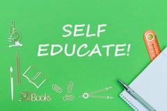 Tekst jaźń kształci, szkolnych dostaw drewniane miniatury, notatnik z władcą, pióro na zielonym backboard obraz royalty free