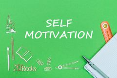 Tekst jaźni motywacja, szkolnych dostaw drewniane miniatury, notatnik z władcą, pióro na zielonym backboard Obrazy Stock