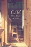 Tekst kawiarnia przed lustrzanym sklep z kawą obraz royalty free