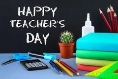 Tekst kreda na chalkboard: Szczęśliwy nauczyciela dzień Szkolne dostawy, biuro, książki, jabłko zdjęcie royalty free