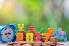 2017 tekst liczba z monetami, Błękitny zegarek strona Fotografia Stock