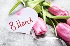 Tekst 8 Maart met tulpenbloemen royalty-vrije stock fotografie