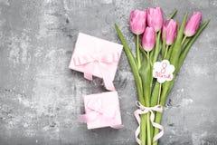Tekst 8 Maart met tulpenbloemen stock afbeeldingen