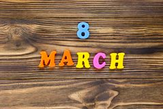Tekst ` 8 maart ` van plastic magnetische brieven op houten achtergrond royalty-vrije stock afbeeldingen