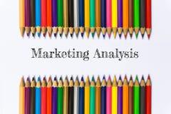 Tekst marketing analyse van de achtergrond van het kleurenpotlood/bedrijfsconcept Stock Afbeeldingen