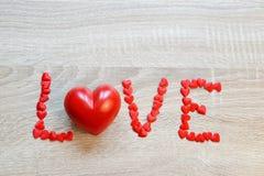 Tekst miłość od czerwonych serc Obrazy Royalty Free