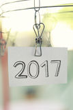 2017 tekst na białym papierze zauważa obwieszenie w clothesline Zdjęcie Stock