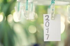 2017 tekst na białym papierze zauważa obwieszenie w clothesline Fotografia Royalty Free