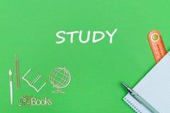 Tekst nauka, szkolnych dostaw drewniane miniatury, notatnik na zielonym tle Obrazy Royalty Free