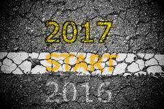 Tekst 2016 op het concept van de asfaltweg het naderen van Nieuwjaar 2017 Royalty-vrije Stock Afbeeldingen