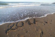 Tekst 2017 op het strand en de golven van het overzees Stock Fotografie
